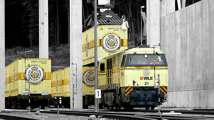 Ein Container mit Warsteiner Bier wird auf eine Güterbahn geladen. Nachhaltigkeit nimmt bei der Warsteiner Brauerei einen großen Stellenwert ein.