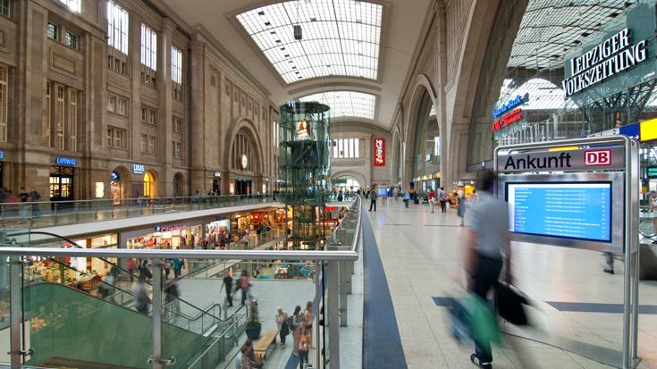 Die lichte Bahnhofshalle im Bahnhof Leipzig / Leipzig Hauptbahnhof