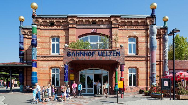 Der Bahnhof Uelzen von Architekt Hundertwasser: Ein butes Prachtstück - das meint auch die Jury der Allianz pro Schiene: Der Bahnhof Uelzen ist Bahnhof des Jahres 2009.