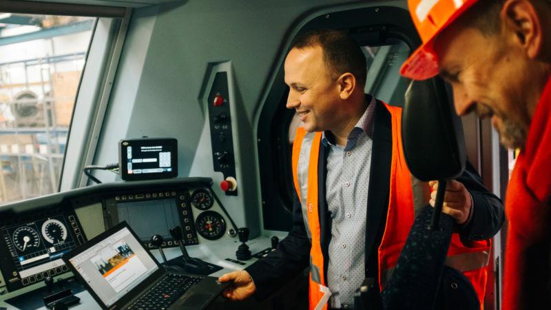 Auch erfahrene Lokführer profitieren: Modernste Fahrerassistenzsysteme liefern Daten zur Strecke und zur Betriebslage. Damit sparen Bahnen noch einmal bis zu 15 Prozent des Energieverbrauchs.