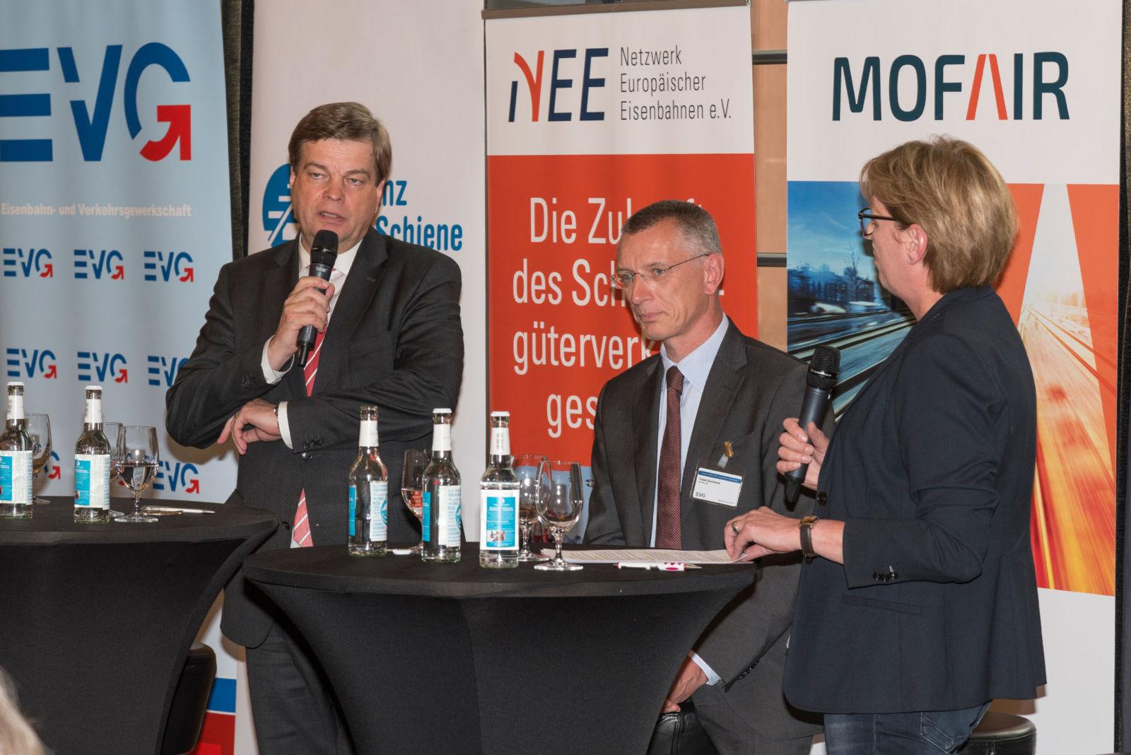 Halbierung der Schienenmaut, aber wie? Diskussion mit Staatssekretär Enak Ferlemann (links) und Frank Sennhenn, Vorstandsvorsitzender DB Netz AG