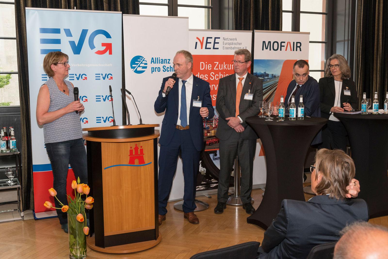 Diskussion in der Branche: Was bringt die Halbierung? Von links nach rechts: Moderatorin Judith Schulte-Loh, Axel Plaß, Ludolf Kerkeling, Berthold Huber und Susanne Henckel