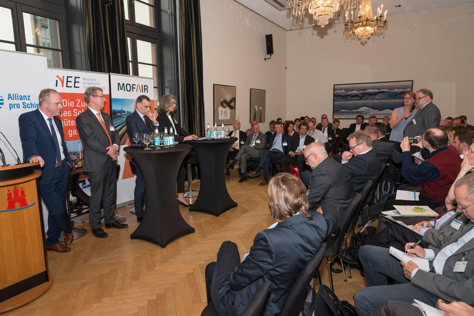 Konstruktive Vorschläge kamen auch aus dem Publikum: Über 100 Entscheider aus der Bahnbranche nahmen teil.