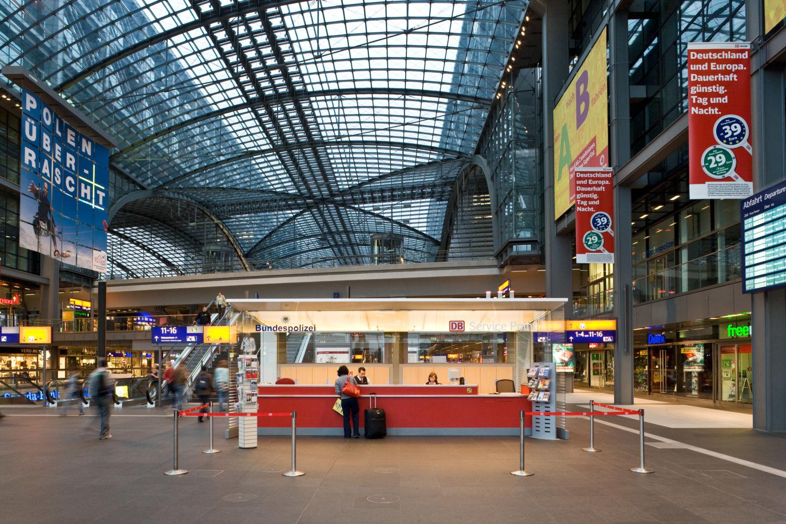 Infos für die Reisenden: Der DB Service Point im Hauptbahnhof Berlin