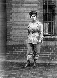 Eine Eisenbahnerin in Uniform zur Zeit des Ersten Weltkriegs
