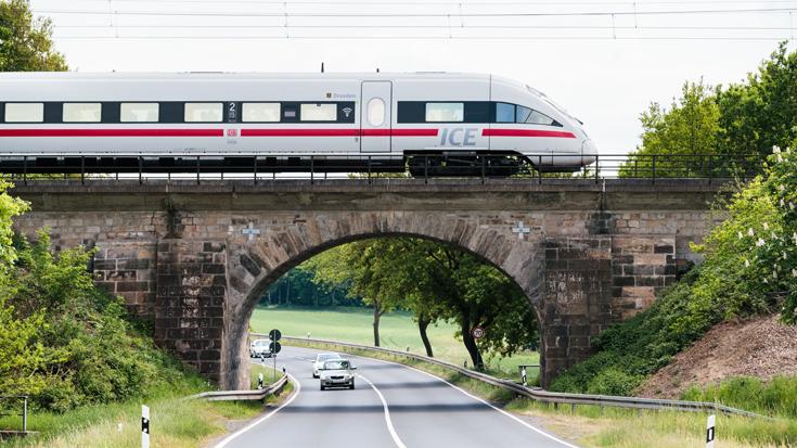 Die älteste Eisenbahnbrücke Deutschlands wird täglich von ICE-Zugen befahren