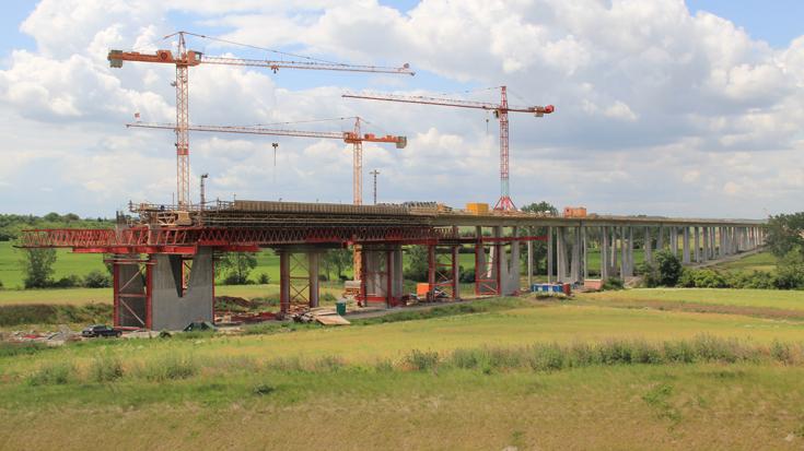 Mit der Bedarfsplanumsetzungsvereinbarung sollen Neubauprojekte wie die Gänsebachtalbrücke bei Weimar zukünftig schneller und günstiger realisiert werden.