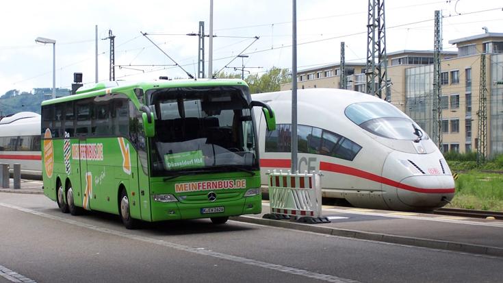 Verzerrter Wettbewerb: Während der Fernbus keine Straßenmaut zahlt, werden für den Fernzug Trassengebühren fällig.