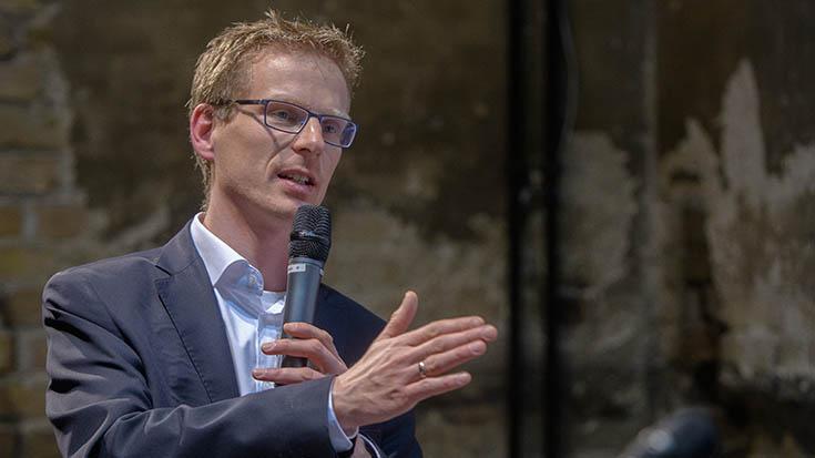 """Björn Klusmann (Geschäftsführer, Forum Ökologisch-Soziale Marktwirtschaft, FÖS): """"Die Preisanreize für die Wirtschaft müssen stimmen. Windenergie hat sich auch erst dann gelohnt, als die EEG-Umlage eingeführt wurde. Wir brauchen höhere Preise für 'laut und schmutzig'. Dann wird 'sauber und leise' sich auch ökonomisch lohnen."""""""