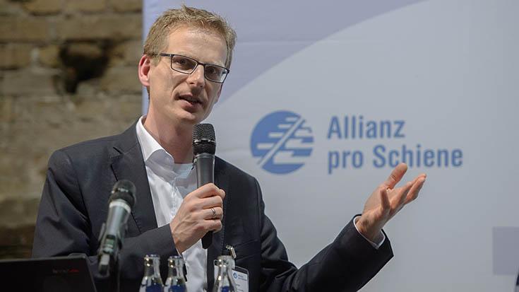 """""""Aus meiner Sicht gibt es drei dringliche Maßnahmen im Verkehr. Erstens: Wir müssen die Dienstwagenbesteuerung reformieren. Zweitens: Wir müssen das Kerosin- und Mehrwertsteuerprivileg im Luftverkehr abschaffen. Und Drittens: Wir müssen die LKW-Maut ausweiten"""", so Björn Klusmann."""
