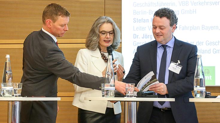 """""""Straße gegen Schiene war gestern"""": Prof. Dr. Dirk Engelhardt (BGL), Susanne Henckel (VBB) und Stephan Kühn (DB Netz AG) finden viele Gemeinsamkeiten auf dem Weg zu einer klimafreundlichen Mobilität."""