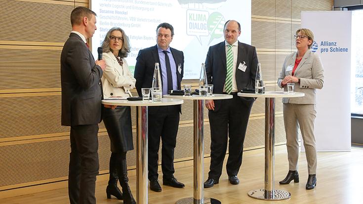 Prof. Dr. Dirk Engelhardt (BGL), Susanne Henckel (VBB), Stefan Kühn (DB Netz AG), Dr. Jörg Nikutta (Alstom Transport Deutschland), Moderatorin Judith Schulte-Loh (WDR) in der Diskussionsrunde.