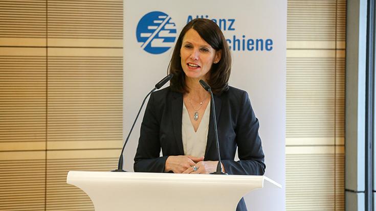 Die Parlamentarische Staatssekretärin im Bundesumweltministerium, Rita Schwarzelühr-Sutter, betont die zentrale Rolle des Schienenverkehrs in der Klimaschutz-Politik der Regierung.