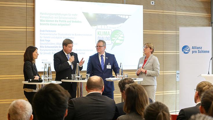 Rita Schwarzelühr-Sutter (Bundesumweltministerium), Enak Ferlemann (Bundesverkehrsministerium), Dirk Flege (Allianz pro Schiene) und Moderatorin Judith Schulte-Loh (WDR).