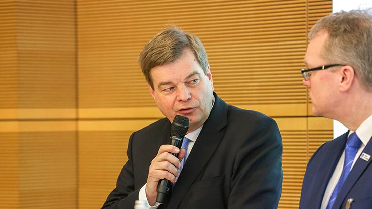 """Der Parlamentarische Staatssekretär im Bundesverkehrsministerium, Enak Ferlemann: """"Noch nie hatten wir so viel Geld und so viele gute Ideen für die Schiene."""" Es wird Zeit, dass wir es anpacken!"""