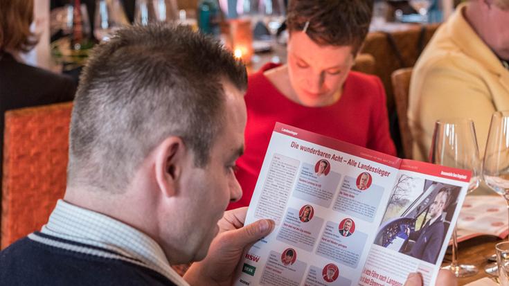 Bronze-Sieger Swen Sengebusch freut sich über sein Bild im offiziellen Eisenbahner mit Herz-Magazin 2018.