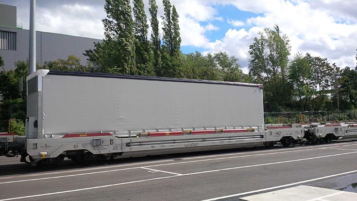 Ihre erste Fahrt legen die Trailer von Schmitz Cargobull auf der Schiene zurück