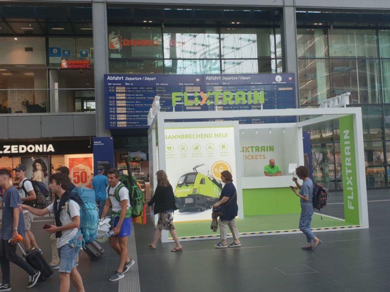 Eine Verkaufsstelle von FlixTrain am Berliner Hauptbahnhof.