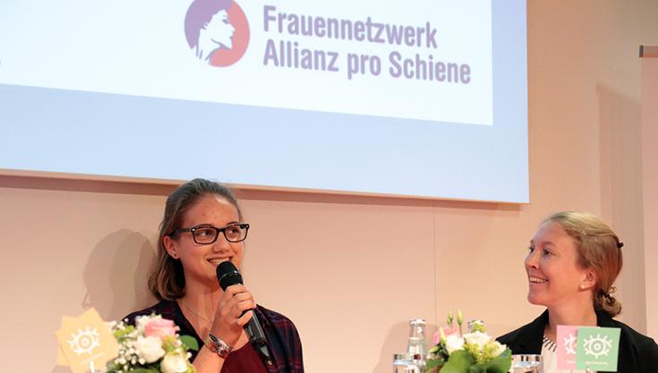 """Ein seltener Anblick. Aber warum eigentlich? Junglokführerin Nathalie Kratzsch kann allen Mädchen nur raten: """"Kommt zur Bahn! Es macht Spaß."""" Lisa Boeltzig (rechts) sieht beim Eisenbahn-Bundesamt (EBA) auch gute Chancen für Frauen."""