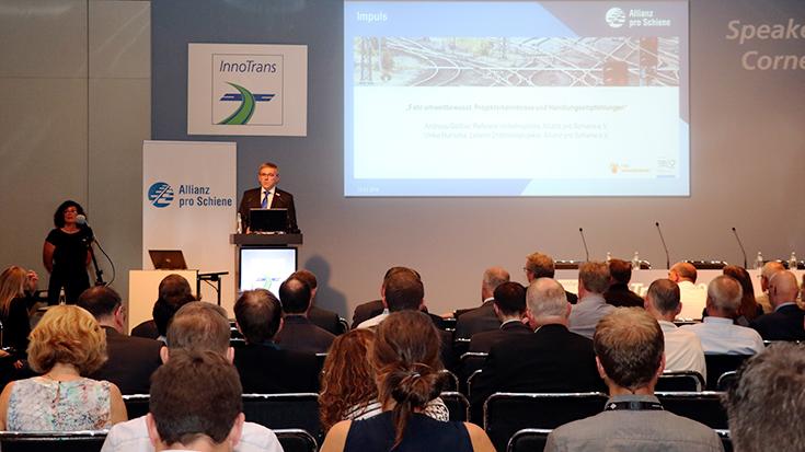 """""""Kleine Systeme – große Wirkung"""". Fahrerassistenzsysteme machen den Schienenverkehr energieeffizienter. Dr. Andreas Geißler von der Allianz pro Schiene stellt in der Speakers' Corner Empfehlungen für eine breitere Marktdurchdringung der Systeme vor."""
