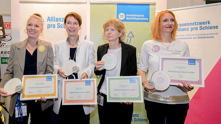 """Tag 2: Vier Frauen, die Mobilität neu denken: Nicole Michel (Bombardier), Sylvia Lier (DB Connect), Jane Grabowski (Siemens) und Simone Bauer (Spitzke) wurden mit der Auszeichnung """"Mobilitätsgestalterin 2018"""" geehrt."""