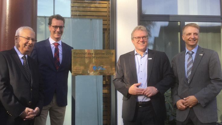 Eine schöne Tafel für einen schönen Bahnhof: Stephan Boleslawsky (Deutsche Bahn), Verkehrsminister Hendrik Wüst, Dirk Flege und Bürgermeister Werner Eickler haben ganze Enthüllungsarbeit geleistet.
