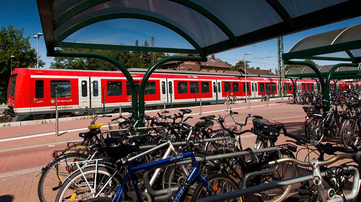 """Bund und Bahn streben bis 2022 mindestens 100.000 neue Fahrradabstellanlagen an deutschen Bahnhöfen an. """"Absolut überfällig"""", meint die Allianz pro Schiene."""