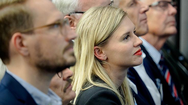 """""""Goldene Umweltschiene"""": Staatssekretär überreicht Preis an Allianz pro Schiene: Carolin Flege"""