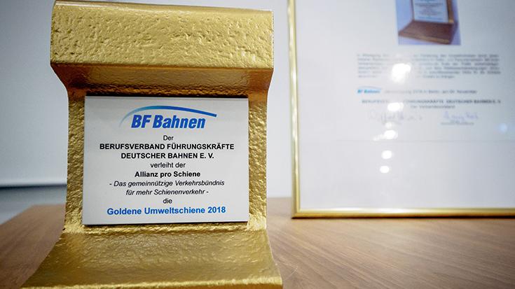 """""""Goldene Umweltschiene"""": Staatssekretär überreicht Preis an Allianz pro Schiene: Preis"""