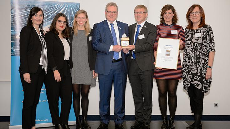 """""""Goldene Umweltschiene"""": Staatssekretär überreicht Preis an Allianz pro Schiene: Team"""