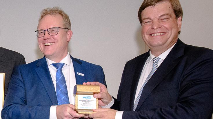 """""""Goldene Umweltschiene"""": Staatssekretär überreicht Preis an Allianz pro Schiene"""