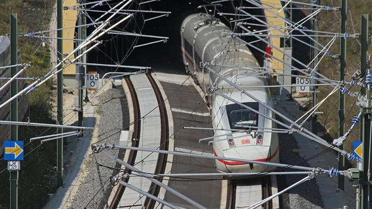 In Deutschland liegen nur 60 Prozent des Bundesschienennetzes unter Fahrdraht. Die Politik will mehr: 70 Prozent sollen bis 2025 elektrifiziert sein. Ein Bundesprogramm Elektrifizierung ist angekündigt.