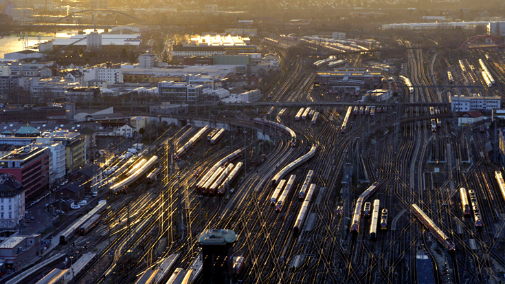 Enttäuschender Haushaltsentwurf - der Bund plant mit zu wenig Geld für die Schiene, kritisieren die Bahnverbände.