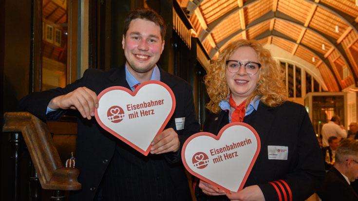 Die beiden Landessieger aus Nordrhein-Westfalen unter sich: Shawn Glaeser, Zugbegleiter DB Fernverkehr Dortmund und Jonna Upmeyer, DB Fernverkehr Münster