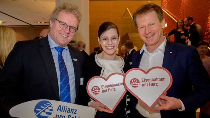 Dirk Flege, Geschäftsführer Allianz pro Schiene, mit Charlotte und Bahn-Chef Richard Lutz