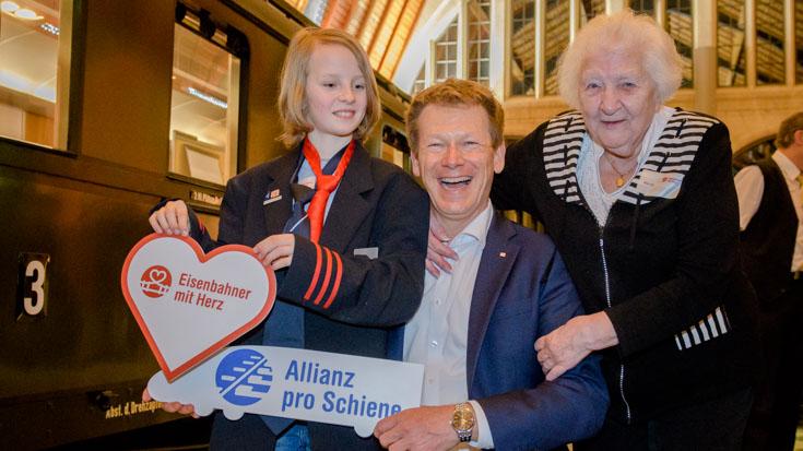Der jüngste Gala-Gast, Dominik Staets, und die älteste Teilnehmerin Oma Tilli mit Bahnchef Richard Lutz