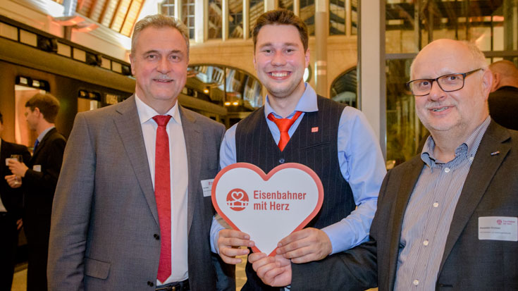 Zwei Gewerkschaftschefs vereint auf einem Foto mit Landessieger Shawn Glaeser (Mitte): Claus Weselsky, Bundesvorsitzender der GDL, und Alexander Kirchner, Vorsitzender der EVG