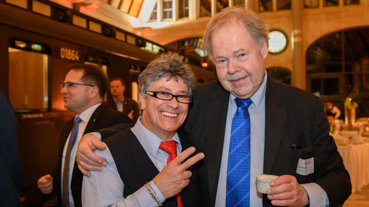 Peter Gitzen, einer der Nominierten, mit Karl-Peter Naumann, dem Ehrenvorsitzenden des Fahrgastverbands Pro Bahn