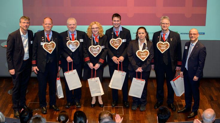 Die Landessieger der Deutschen Bahn, umrahmt von Frank Zerban (links) und Martin Seiler, lassen sich feiern
