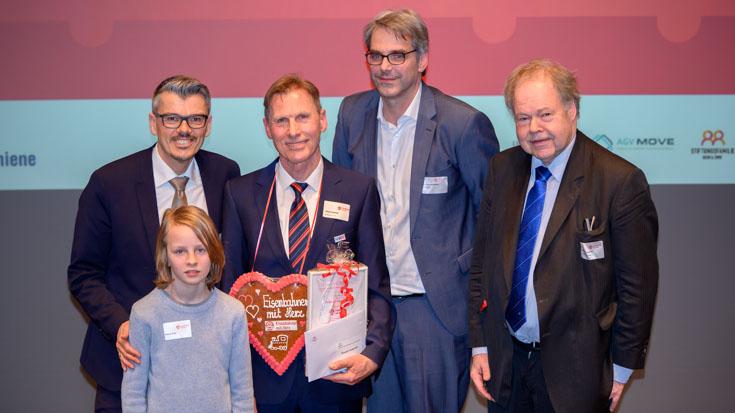Bronze-Gewinner Ronald Kwapinksi (Mitte) mit Dominik, Markus J. Kuhn, Bereichsleiter bei der Stiftungsfamilie BSW & EWH, Transdev-Chef Tobias Heinemann und Jury-Mitglied Karl-Peter Naumann