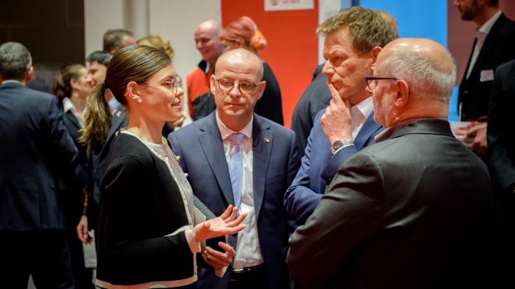 Charlotte im Gespräch mit DB-Personalvorstand Martin Seiler, DB-Chef Richard Lutz und Alexander Kirchner, Vorsitzender der Eisenbahn- und Verkehrsgewerkschaft
