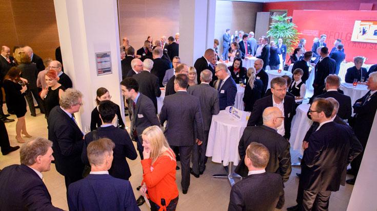 Angeregte Gespräche im Foyer vor der offiziellen Preisverleihung.