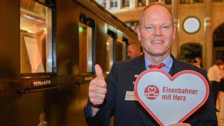Ein strahlender Social Media Hero und Landessieger Hessen: Peter Hohmann