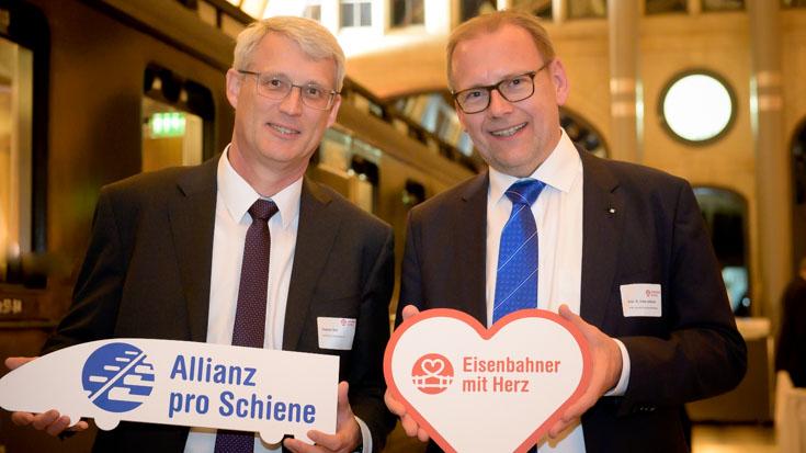 Stephan Sust (Verband der Sparda-Banken e.V.) mit Professor Frank Lademann vom Förderkreis der Allianz pro Schiene