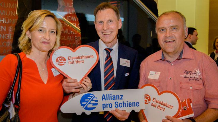 Barbara Reinhard, Transdev-Pressesprecherin, mit Bronze-Gewinner Ronald Kwapinski und Martin Kling