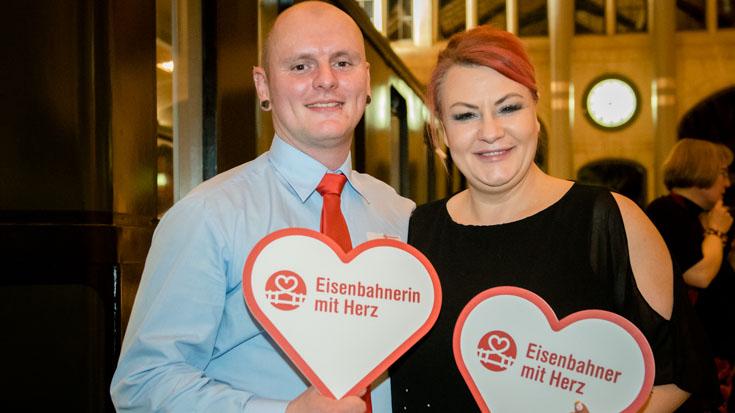 Benjamin Ritter, Triebfahrzeugführer bei National Express und Gewinner des Sonderpreises, mit Sandra Menzel