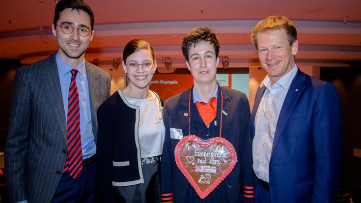 Bundessiegern Mareen Harder zeigt ihr Gewinner-Herz – Alexander Gabor, Charlotte und Richard Lutz freuen sich mit