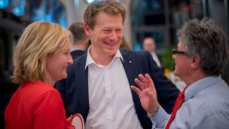 Gute Laune auch nach der Preisverleihung: Transdev-Pressesprecherin Barbara Reinhard, DB-Chef Richard Lutz und Peter Gitzen vom DB Fernverkehr NRW