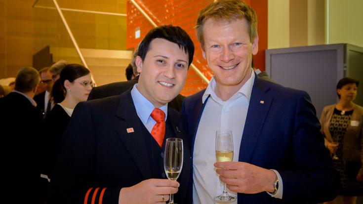 Anstoßen mit dem Chef: Silber-Gewinner Alexander Pojonie mit Richard Lutz