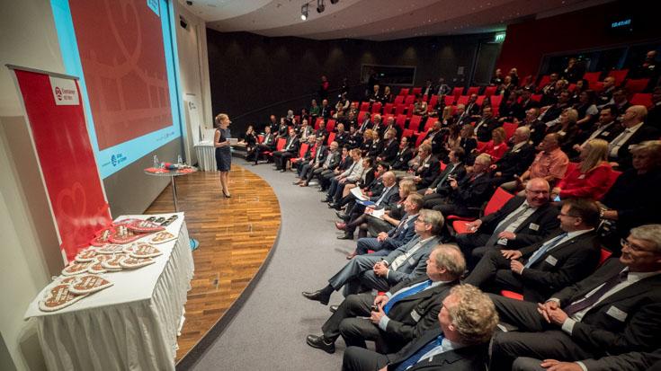 Wie im Kino: Moderatorin Janine Mehner führt durch das Programm